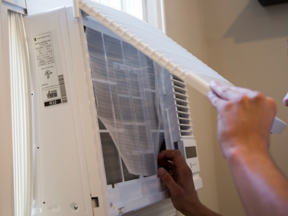 Window AC for large room with adjustable louvers